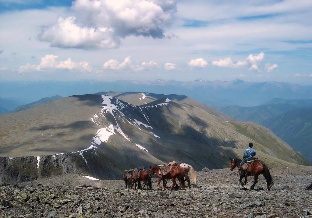 На спуске с перевала Кара-Тюрек. Фото: Айю