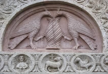 Фрагмент с птицами над входов в Сан-Руфино