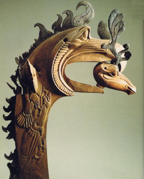 Грифон с головой  оленя в клюве  5 век до н.э. Дерево, кожа.  Пазырык. Алтай.