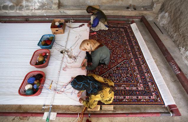 Работа над крупным ковром за горизонтальным станком
