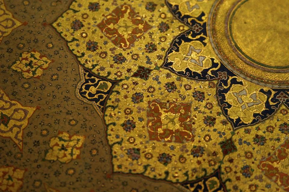 Фрагмент ворсовго ковра вытканного с использованием золотых нитей
