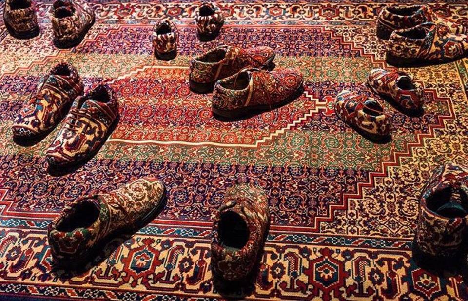 Обувь выполненная в традиционном ковровом дизайне.