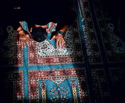 Совершение намаза на молитвенном ковре. Фото: Герман Морозов