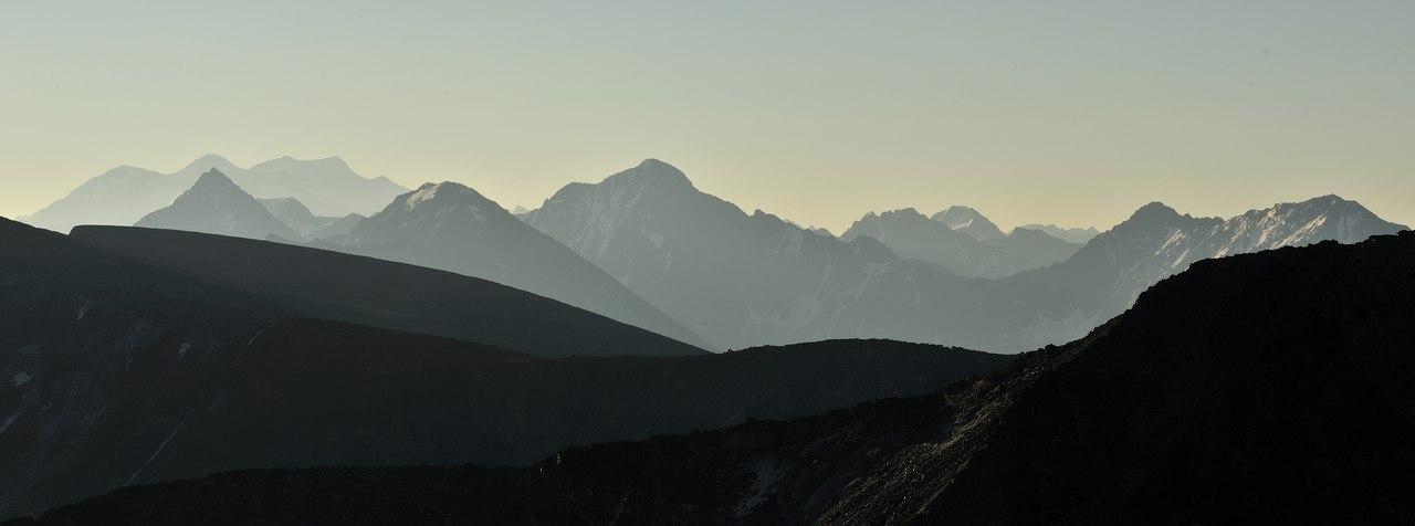 Слева вершина Катунского хребта и самая высокая точка Сибри гора Белуха. Вид со стороны горы Колбан. Фото: Вячеслав Левицкий