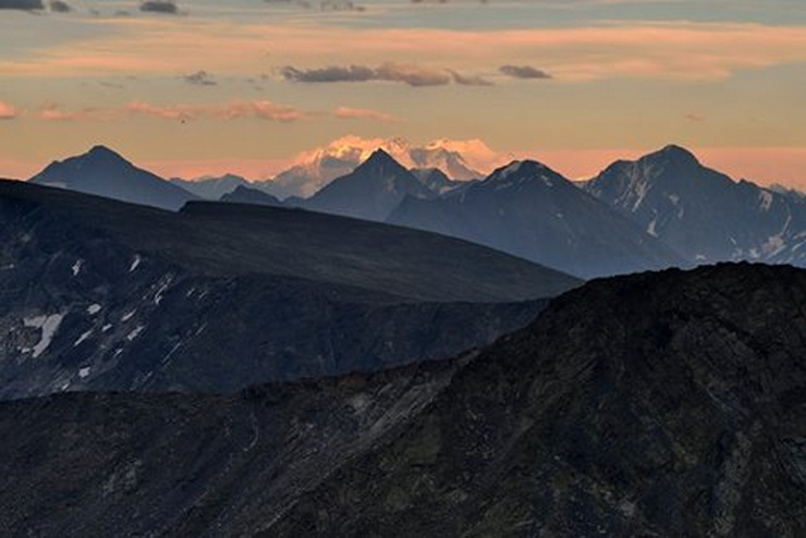 Панорама Катунского хребта с горы Колбан. Фото: Вячеслав Левицкий