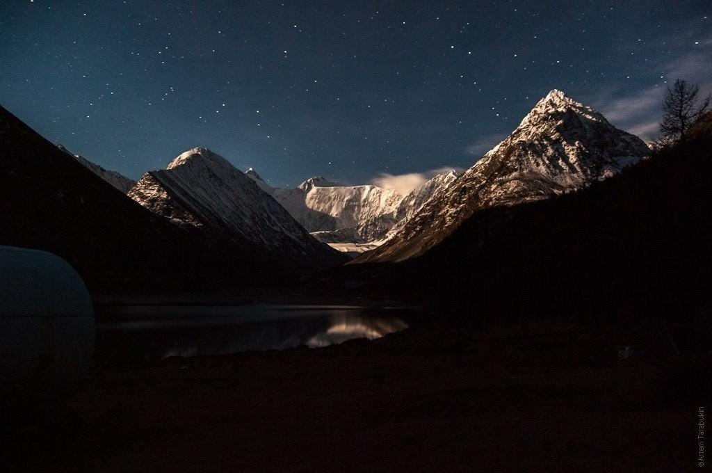 Белуха в лунном освещении Фото: Артем Тарабукин