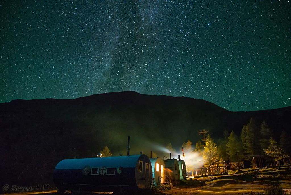"Ночное небо над Ак-Кемским альплагерем ""Бочки"" Фото: Светлана Казина"