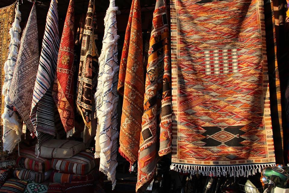 Гладкие ковры в отличии от ворсовых немного проще в исполнении, но не менее колоритны