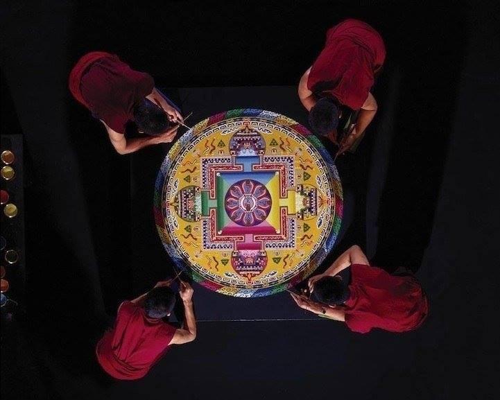 Создание песочной буддийской мандалы доверяется специально обученным практикующим монахам