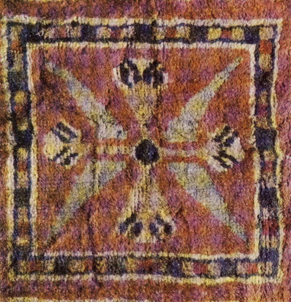 Деталь центрального поля Пазырыксого ковра с хорошо прослеживаемым архаичным цветочным символом Матери — Древа Жизни.