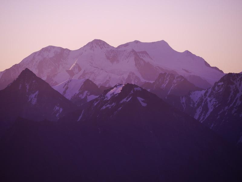 Белуха на рассвете с  вершины горы Калбан. Фото Леонид Калошин
