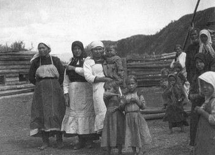 Семья Вахрамея Семеновича Атаманова (он крайний справа), на переднем плане две его внучки. Фото сделано на Алтае в Верхнем Уймоне в 1926 году во время Центрально-Азиатской экспедиции