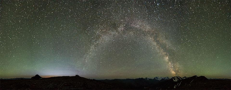 Ночной вид с  перевала Кара Тюрек на Белуху и Млечный путь.  Фото: Алекс Уссов