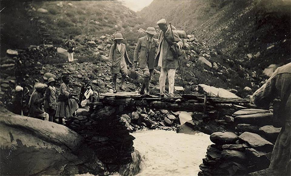 Переход через горную реку. Фото сделано в Гималаях во время Центрально-Азиатсокй экспедиции