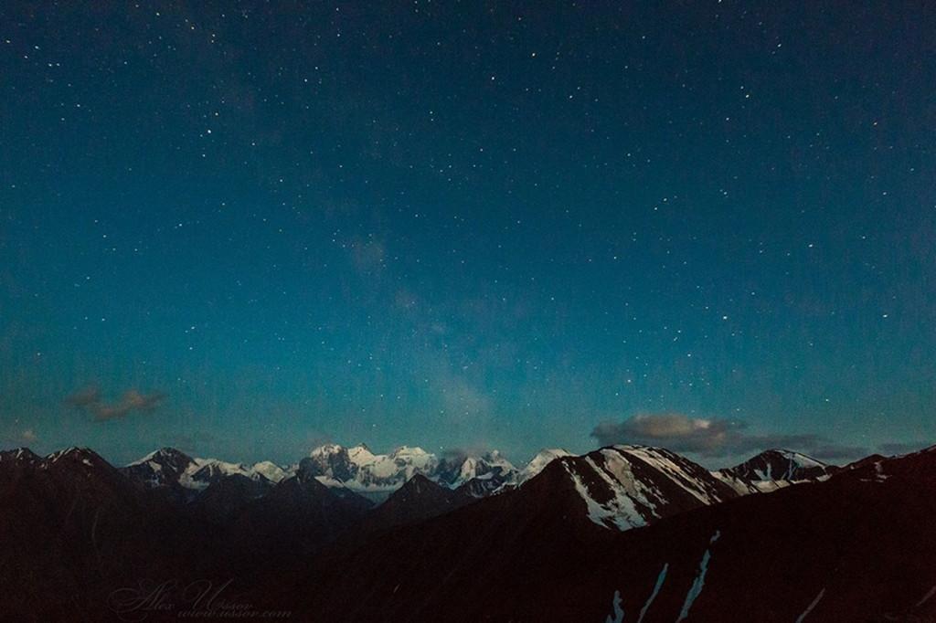 Ночное небо над Белухой и Катунским хребтом. Фото: Алекс Уссов
