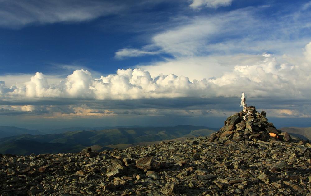 Обо-таш с лентами на перевале Фото: Максим Усенко
