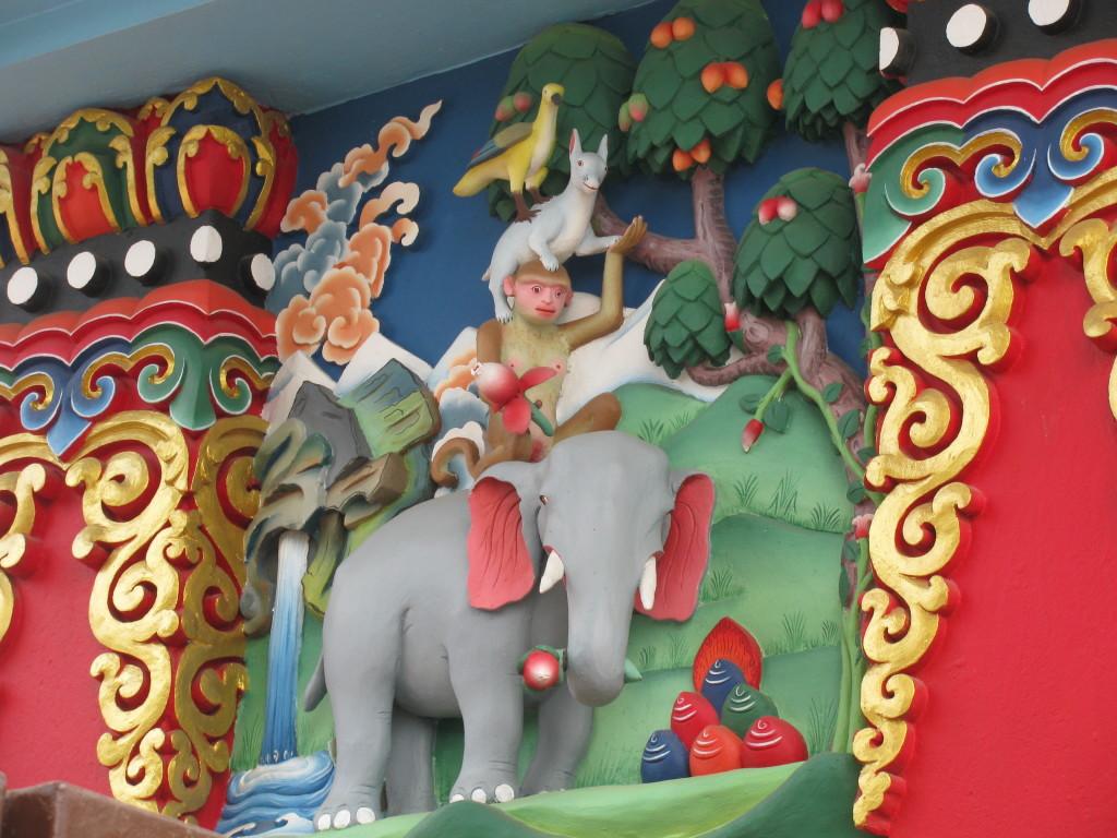 Барельеф на буддийском храме, где усмиренная обезьяна - ум занимает свое правильное положение.