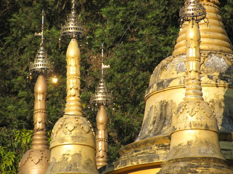 Купола пагоды в дхамма центре сделаны в архитектурном стиле храмов Бирмы