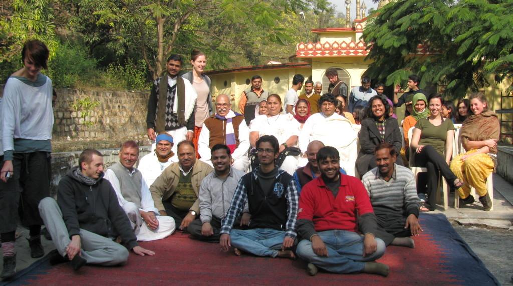 Студенты десятидневного випассана курса в дхамма-центре в Дехрадуне. Прощальное фото.