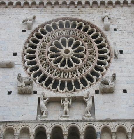 Фрагмент над входом в храм. Ассизи