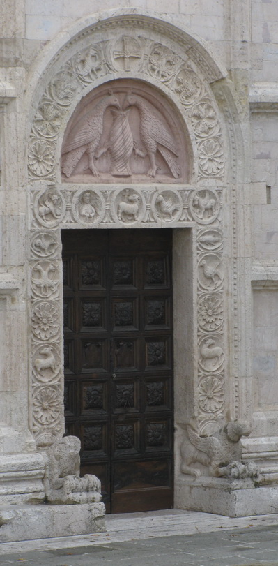 Вход в собор Сан Руфино. Ассизи