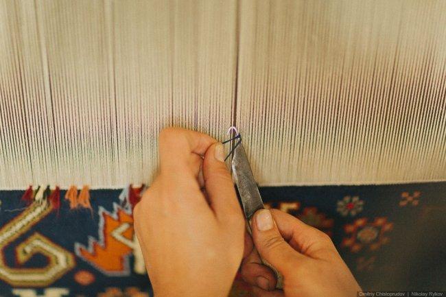 Завязываение узлов с помощью крючка на ворсовом ковре. Фото: Дмитрий Чистопрудов