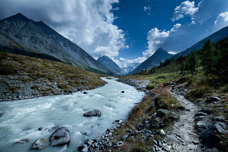 Тропа вдоль реки Ак-Кем. Фото: Алекс Уссов