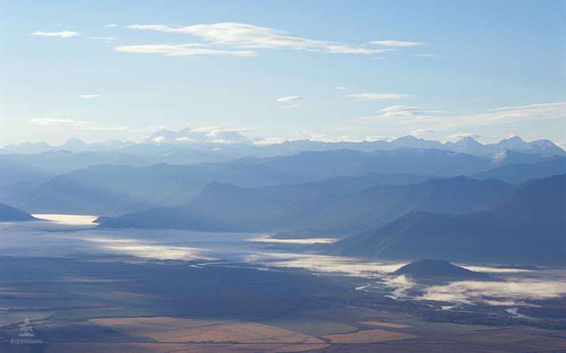 Уймонская долина. Панорама горы Белухи и  Катунского хребта с вершины Теректинского хребта. Фото: Дмитрий Гнатко