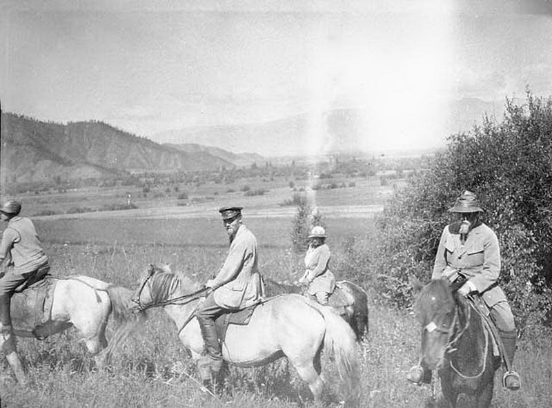 Рерихи верхом в окрестностях Верхнего Уймона. Фото сделано в 1926 году во время Центрально-Азиатской