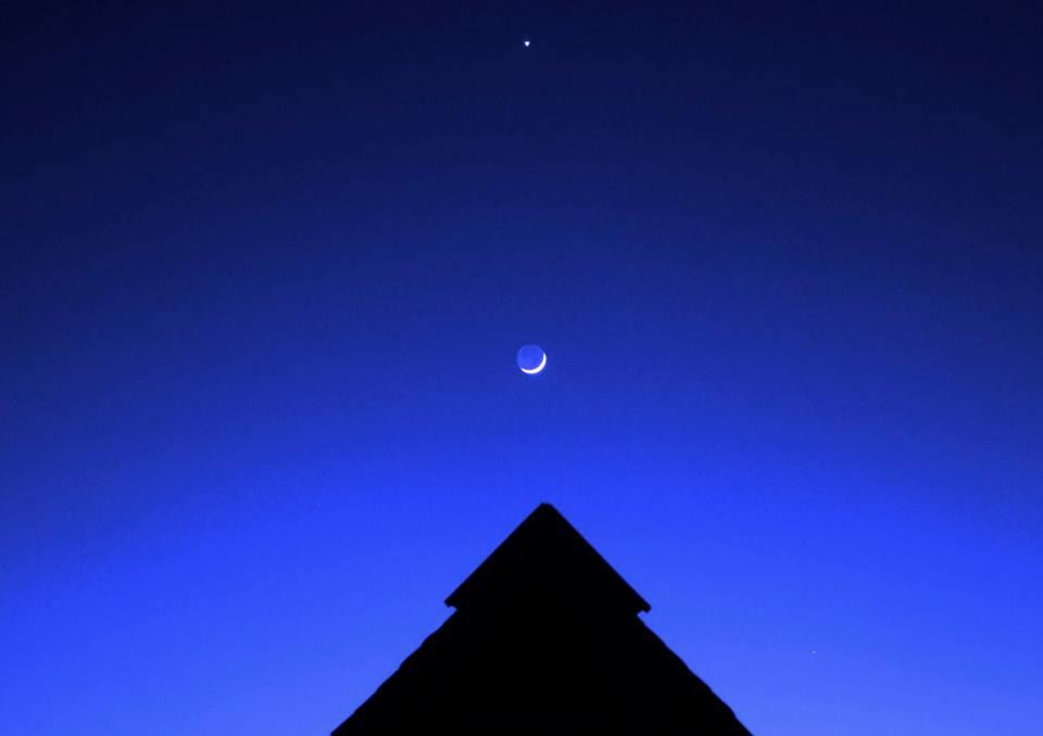 Вечернее небо над крышей аила. Фото: Жанна Иродова