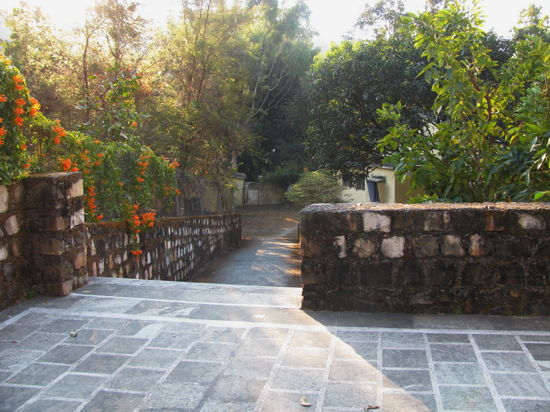 Путь ведущий от центральной пагоды а зал общих медитаций. Дхамма-центр, Дехрадун, Северная Индия.