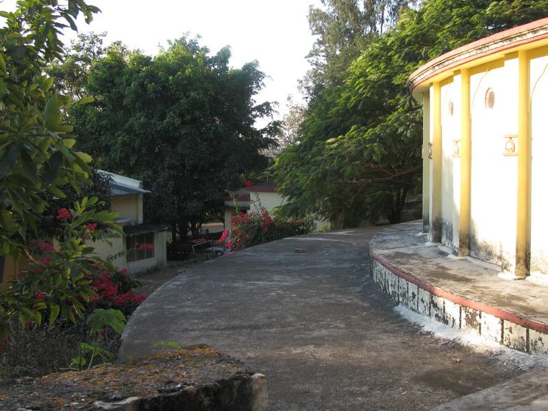 Дорожки для молчаливых прогулок в дхамма-центре в Дехрадуне