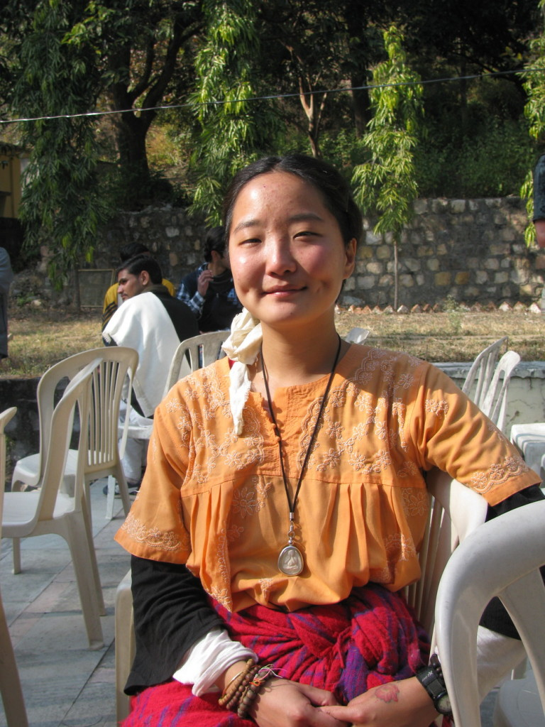 Студентка десятидневного випассана курса в дхамма-центре в Дехрадуне